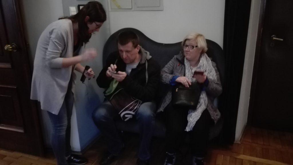 Wolontariuszka pomaga widzowi w obsłudze aplikacji AudioMovie.