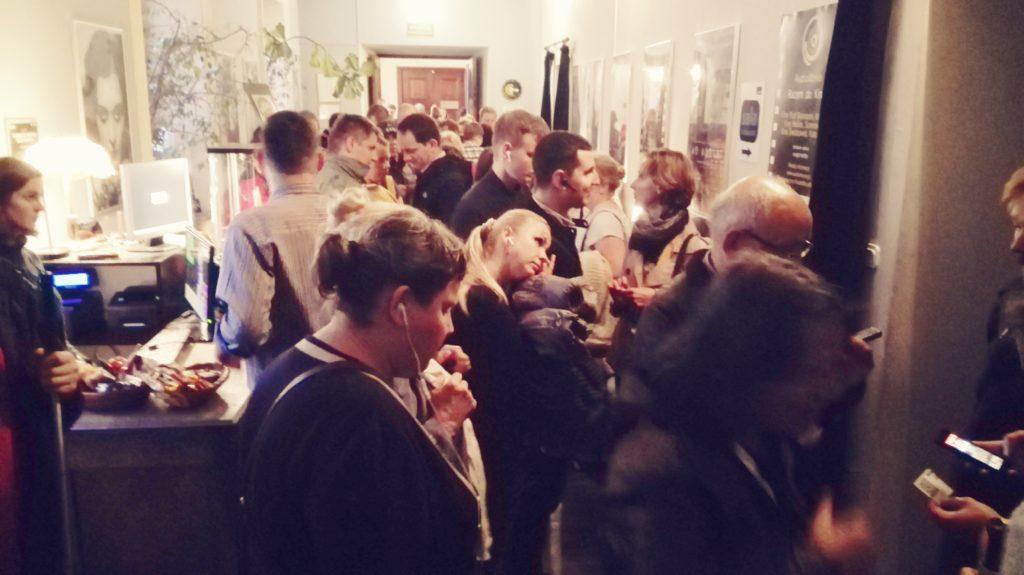 Tłumy ustawiają się do wejścia do kinowej sali na pokaz z audiodeskrypcją.