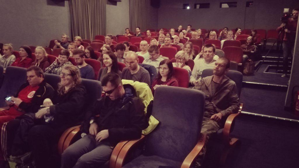 Sala niebieska w Kinie Pod Baranami pełna widzów oczekujących na film.