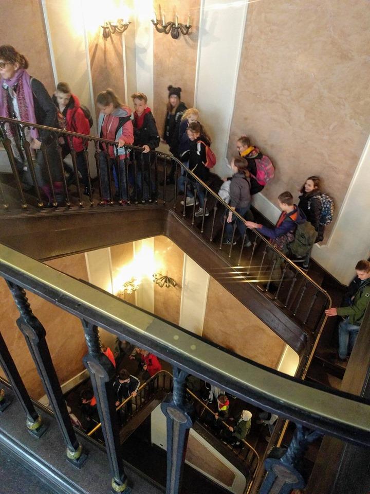Widzowie schodzą po klatce schodowej Kina Pod Baranami
