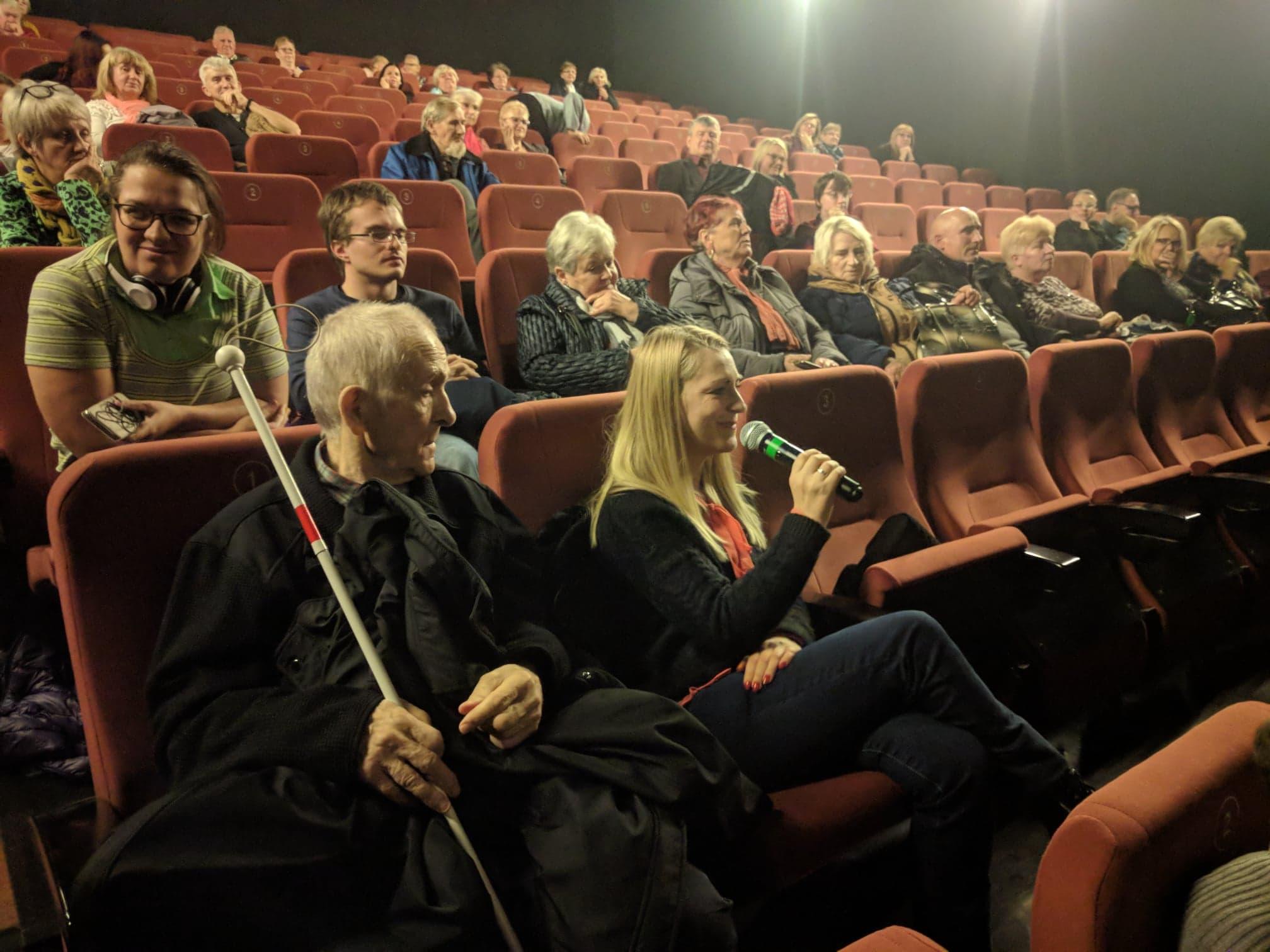 Młoda blondynka siedząca na widowni zadaje pytanie podczas dyskusji z Barbarą Kurzaj
