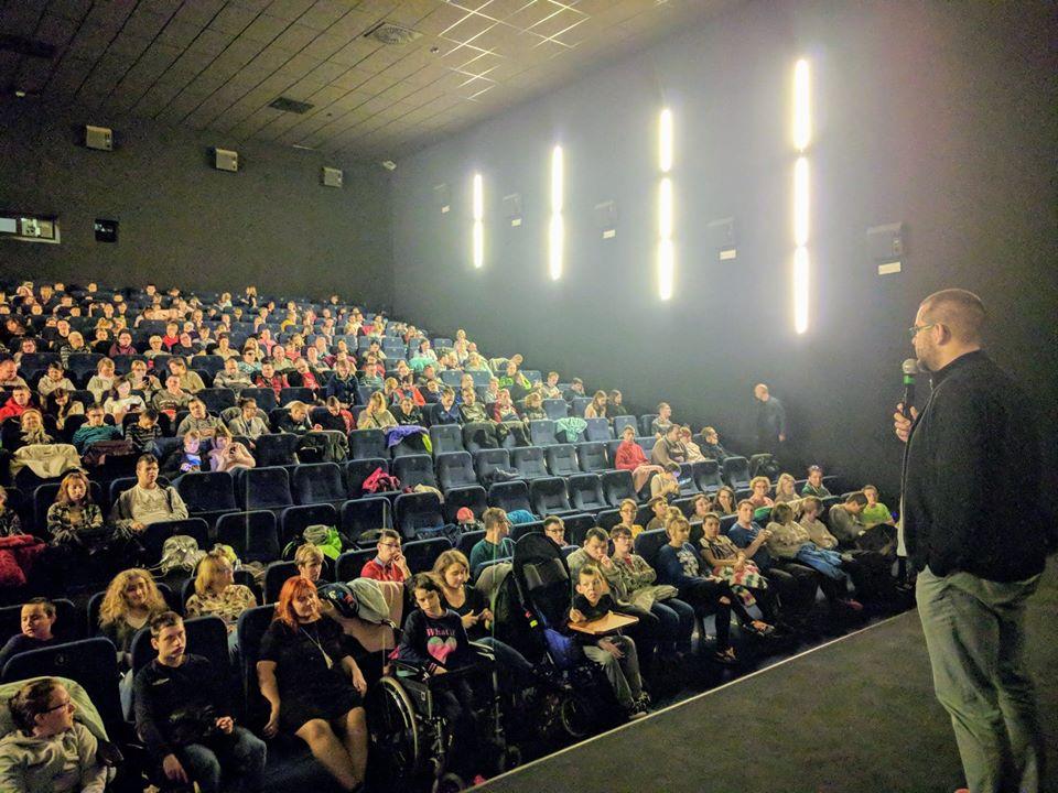 Pełna widzów sala kinowa