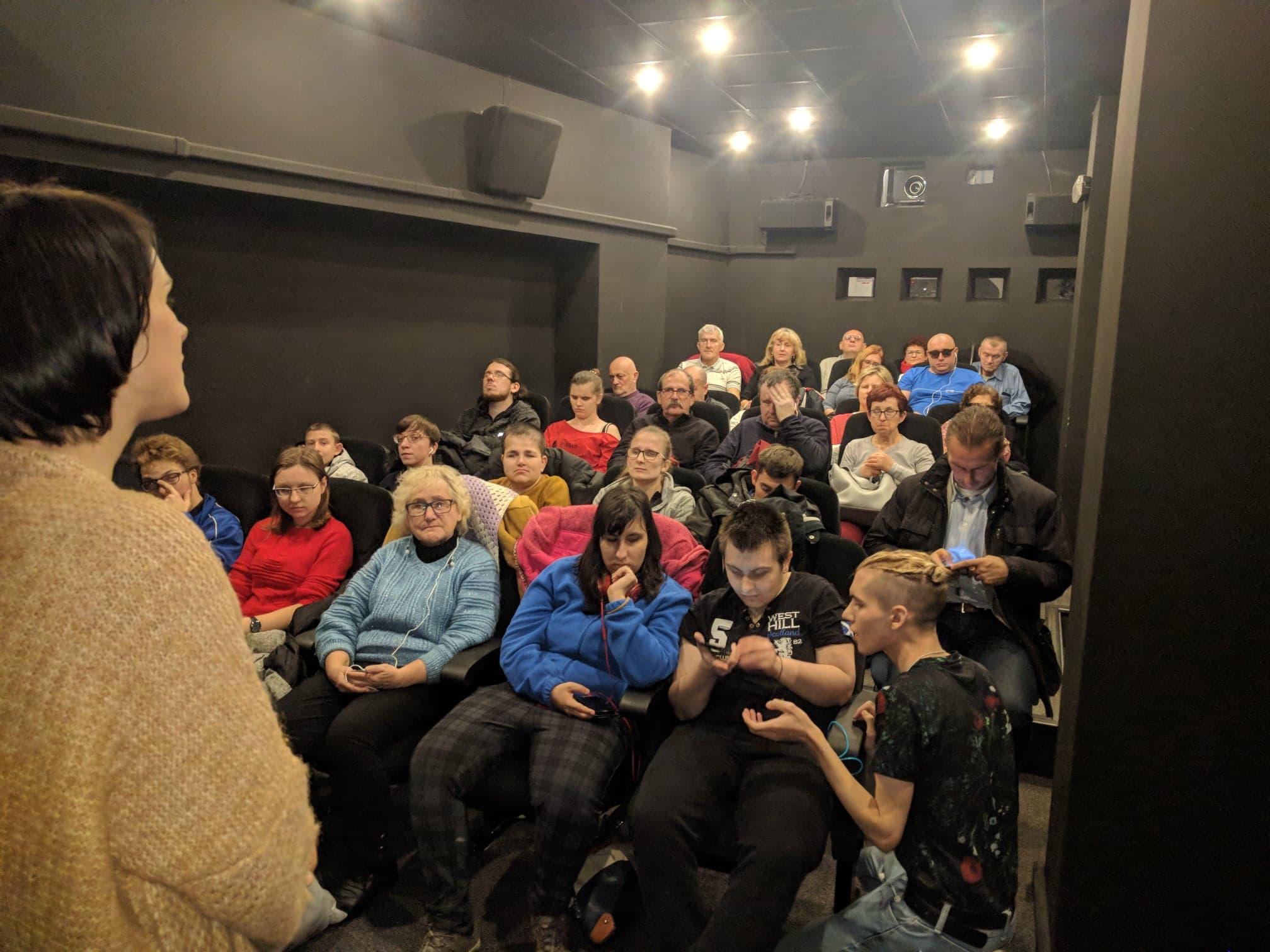 Pełna sala w kinie Światowid
