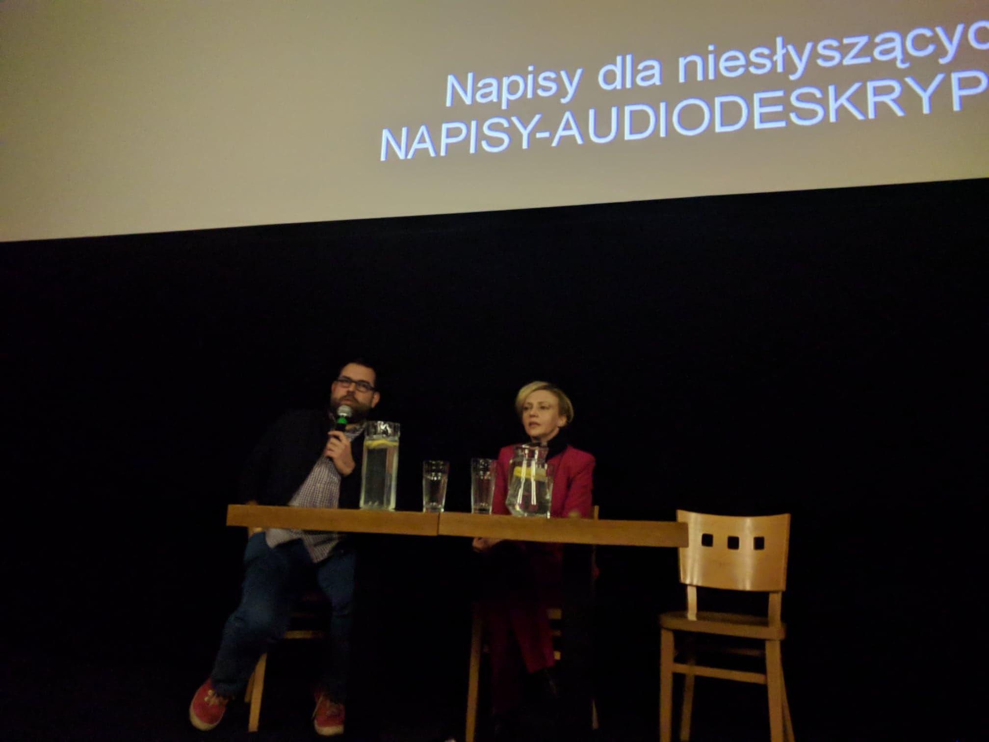 Maciej Gil prowadzi dyskusję z aktorką Barbarą Kurzaj.
