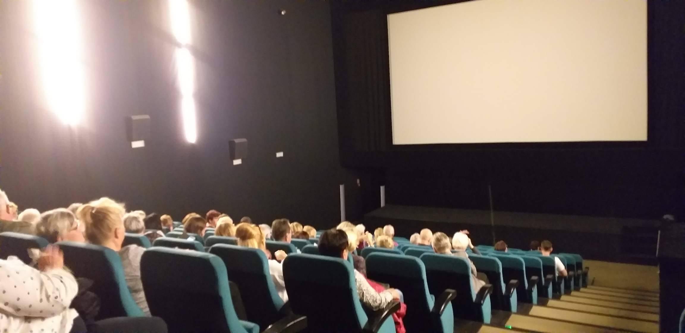 Pełna widzów sala w kinie Helios.