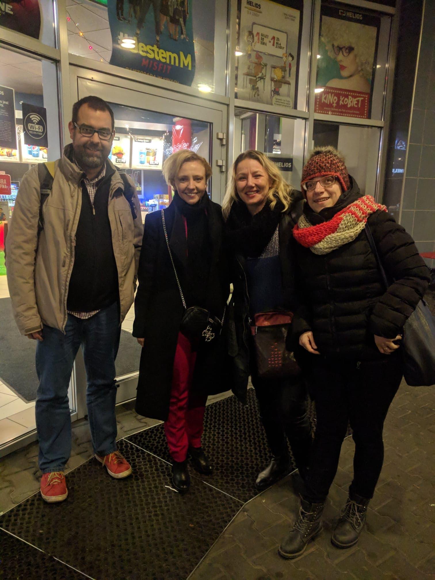 Uśmiechnięci Michał Gil, Barbara Kurzaj, Regina Mynarska, Justyna Margielewska stoją przed wejściem do kina Helios