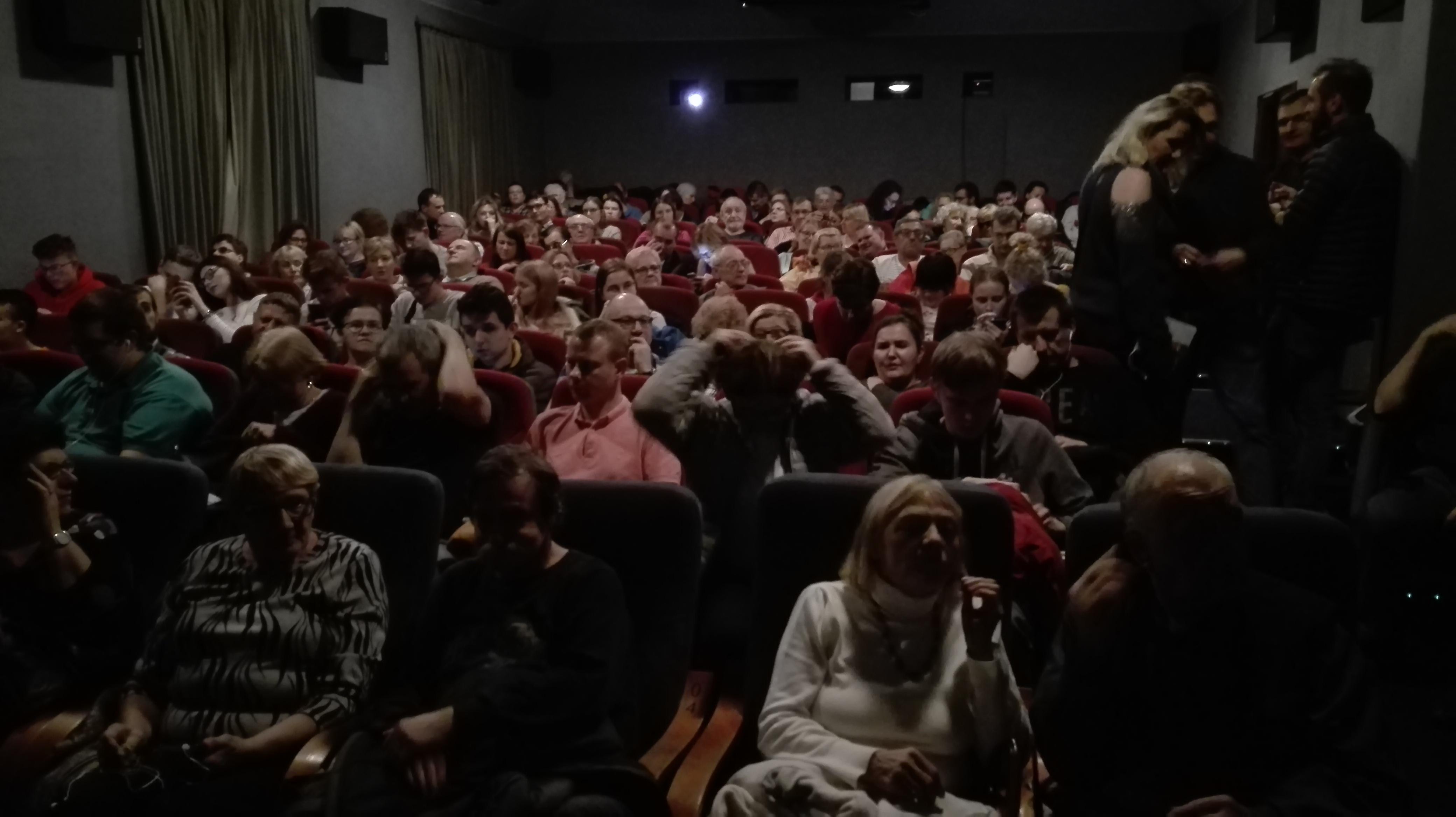 Sala w kinie Pod Baranami pęka w szwach.