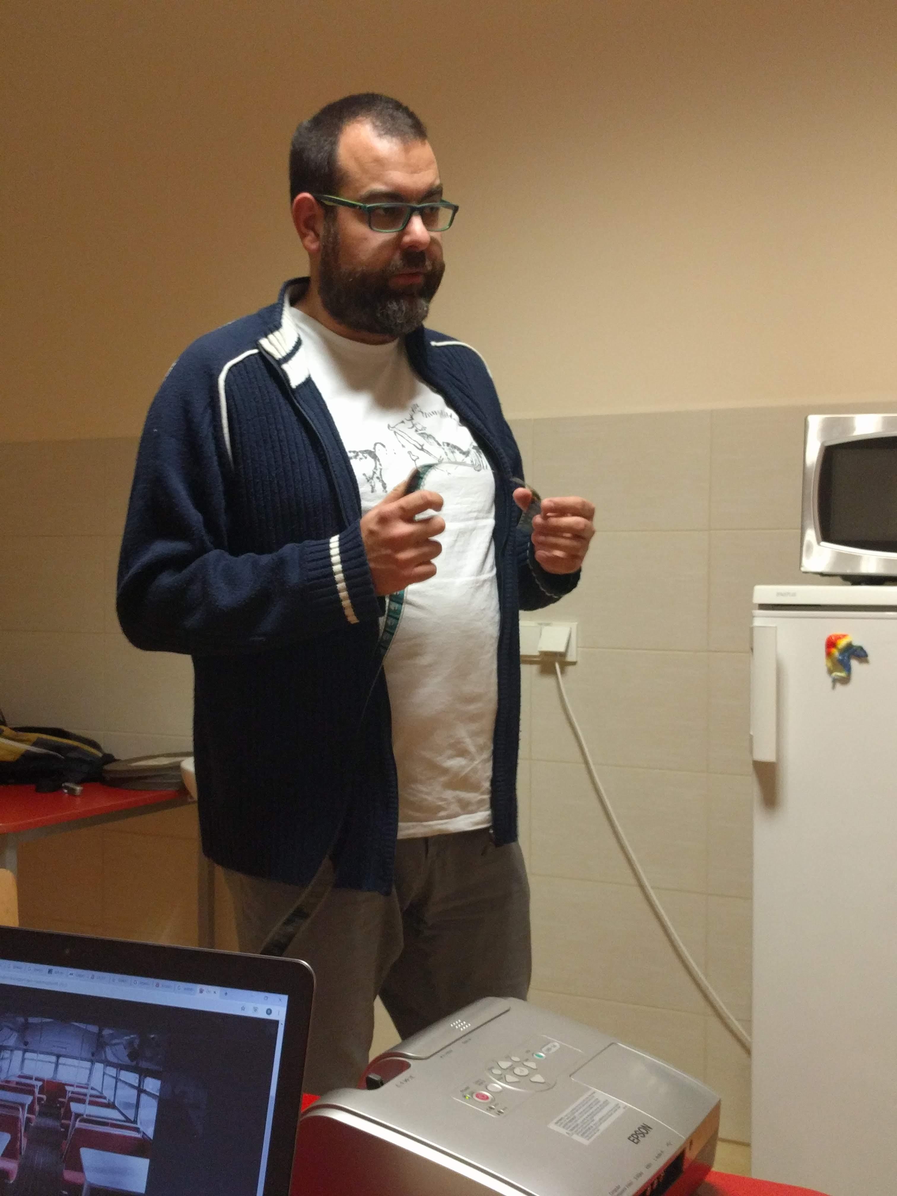 Maciej Gil daje wykład o warsztacie filmowym.