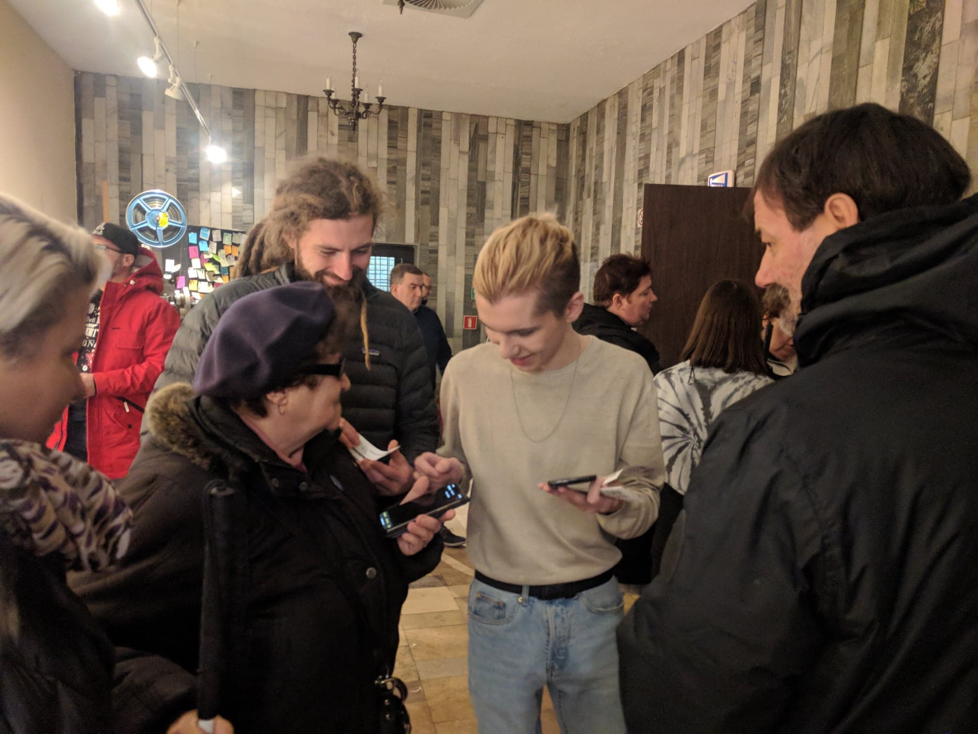 Kinowy hol. Wolonatriusze prezentują gościom jak działa AudioMovie