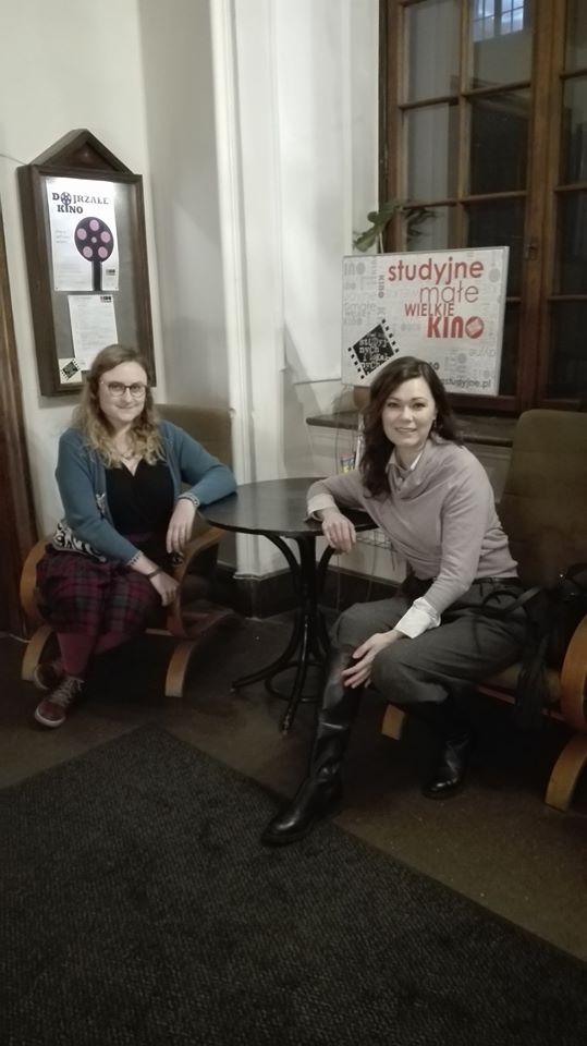 Alicja i Magdalena Nieć siedzą przy stoliku kawowym w holu Kina Pod Baranami