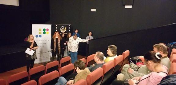 Regina i Maciej Gil obserwują zapełniającą się widownię sali kinowej w Helios Sosnowiec