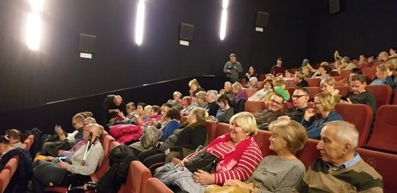 Widzowie w oczekiwaniu na film